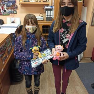 dvě holky předání cen medajlí.jpg